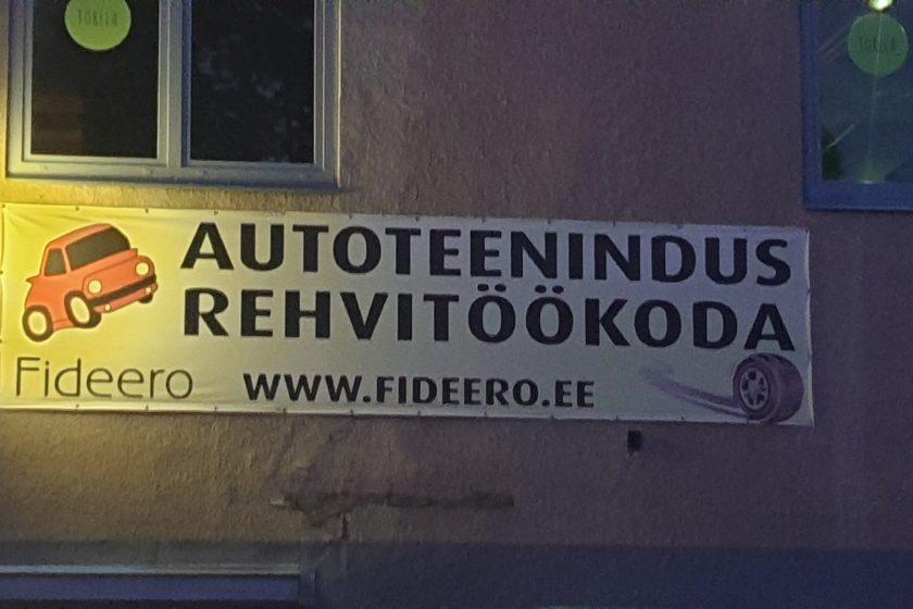 Schild am Autohaus in estnischer Sprache autoteenindus rehvitöökoda