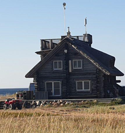 Typisches Holzhaus mit Dachterasse in Estland