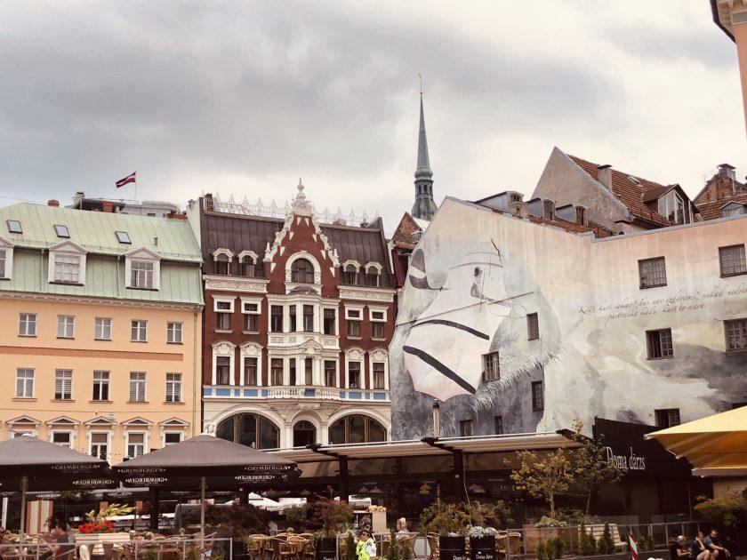 Häuserzeile mit Graffiti in Rigas Altstadt