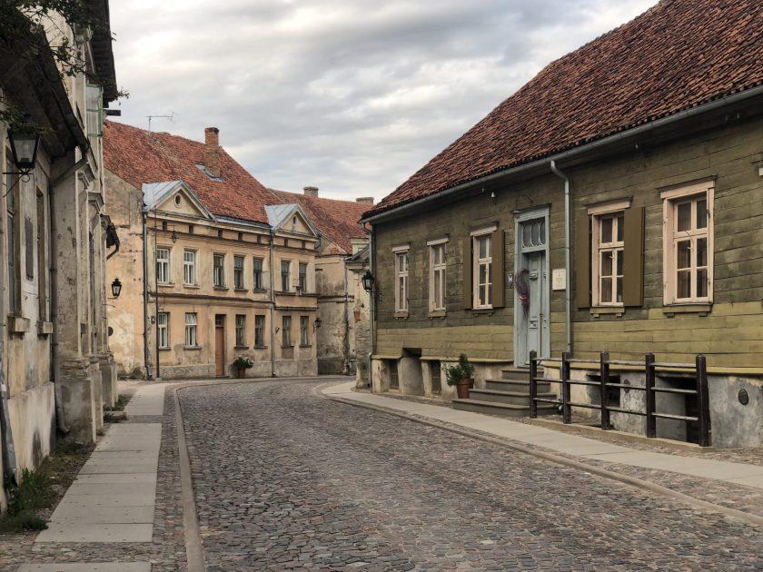 Das historische Zentrum von Kuldīga mit alten Holzhäusern