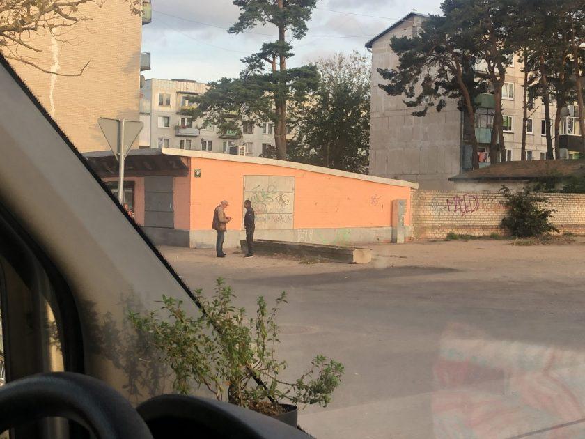 Zwei Männer unterhalten sind in der Hafenstadt Liepāja im Westen Lettlands