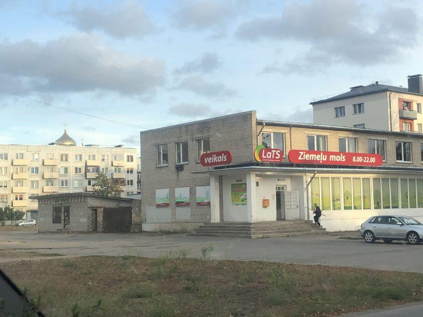 Die Nikolaus-Kathedrale in der lettischen Stadt Liepāja blitzt hinter den hässlichen Sovjet Plattenbauten hervor