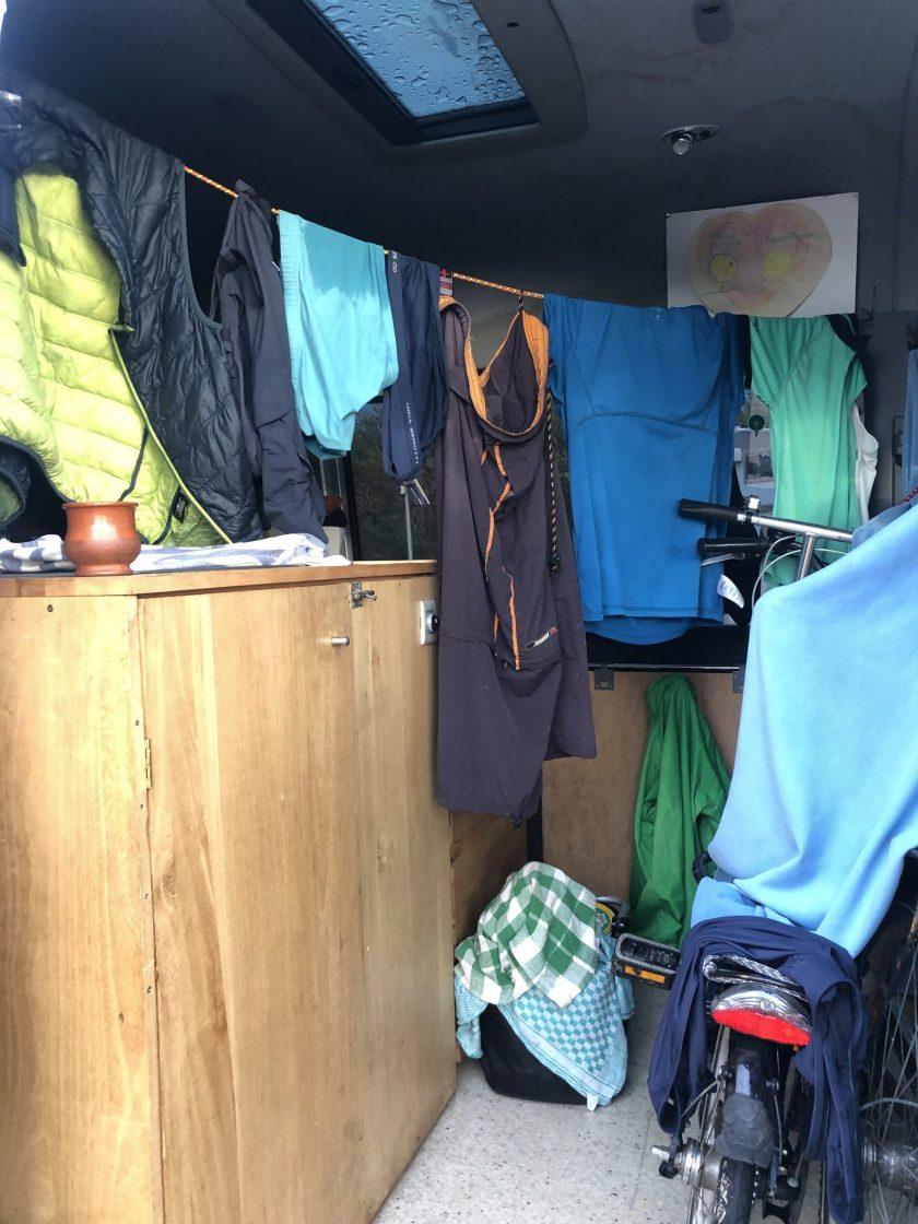 Wäsche wird im Bus getrocknet
