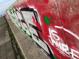 Graffitti an der Mauer der Linnahall in Tallinn