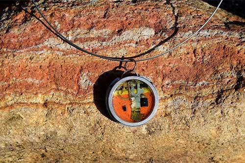 Halskette auf Stein