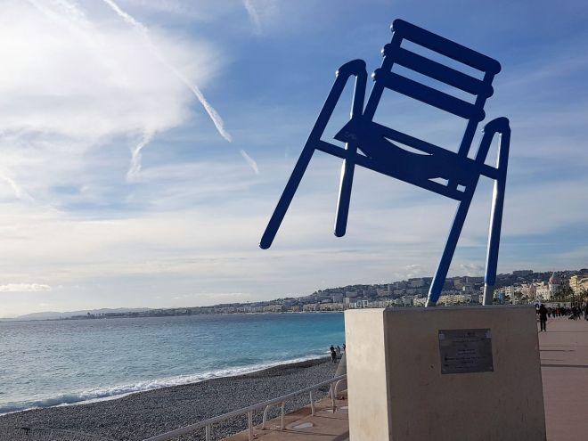 blaue Stühle Promenade
