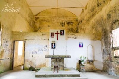 Im innern der Ruine einer katholischen Kirche aus der französischen Kolonialzeit im Bokor Nationalpark