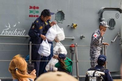 Wasservorräte und Essen für die Crew