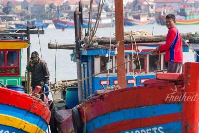 Ein Boot wird am Nachbar vertäut