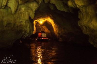 Die Höhlen sind recht schmal und teilweise beleuchtet