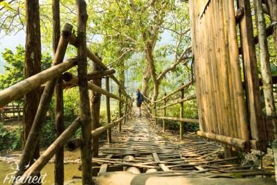 Bambusbrücke. Jeder nacheinander.