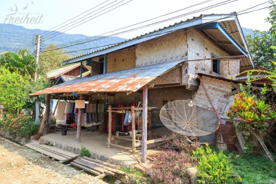 Stabiles Bambushaus mit Webstuhl, Schalverkauf und Haarewaschen