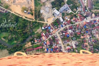 Blick über den Korb auf die Stadt Vang Vieng
