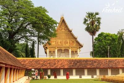 Mönche beim Shooting im That Luang