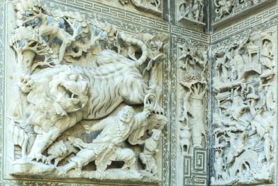 Die Wände der Pagode sind überall mit Figuren und Reliefs ausgestattet
