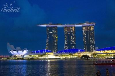 Blaue Stunde über dem Marina Bay Sands Hotel