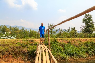 Zurück zum Roller über diese lässige Bambusbrücke