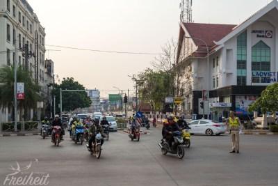 Der Verkehr ist in Vientiane halbwegs geordnet. Die Polizei regelt schon mal zur Rushhour den Verkehr und an Ampeln wird gehalten :-)