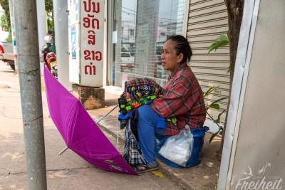 Erschöpfte Straßenhändlerin