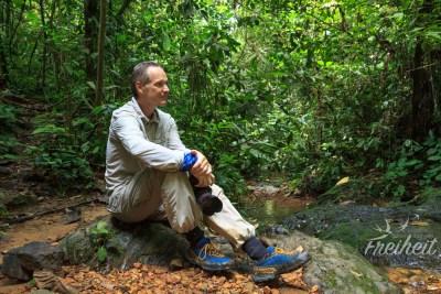 Carsten beobachtet wie sich eine Orang Utan Dame nähert