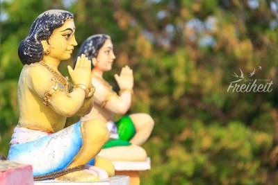 Viele bunte Figuren schmücken den Thiru Koneswaram Tempel