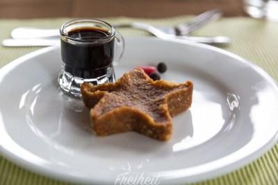 Leckeres Dessert aus Ingwerkeksen - daneben Tablette und Kräuterlikör