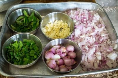 Viel Knobi, Zwiebeln und Curryblätter