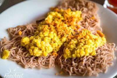 Traditionelles Frühstück mit Hoppers (Reisnudeln), Dhaal und Kokoschili-Sambal