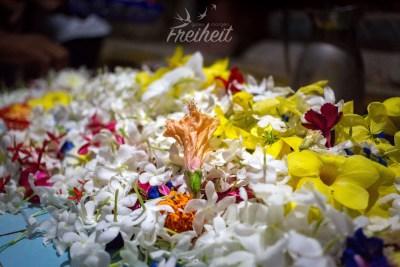 Der Gabentisch voller Blumen