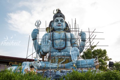 "Die blaue Shivastatue am Thiru Koneswaram Tempel - leider grad ""under construction"""
