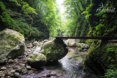 Schöne angelegte Wege führen zum Wasserfall