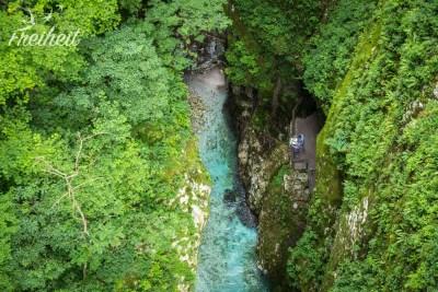 Selbst von ganz oben sieht man bis auf den Grund des Flusses.