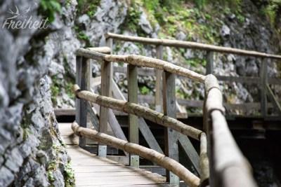 Viele Holzkonstruktionen führen durch die Vintgar Klamm