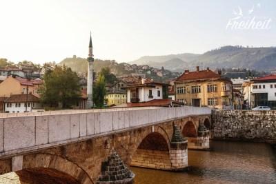 Viele Brücken führen über den Fluss Miljacka