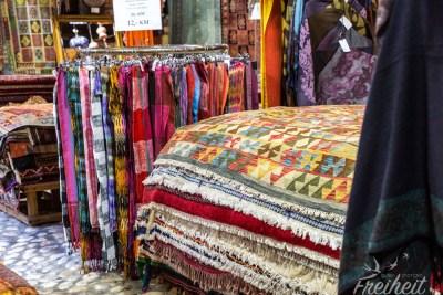 Teppiche und Schals in alles Mustern