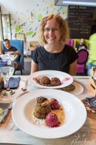 Für Nadine ein serbisches zuckersüßes Dessert (Knedle), für Carsten ein Souffle mit flüssigem Schokokern und Rohkosteis