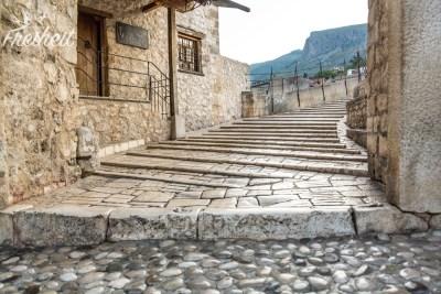 Treppe zur Alten Brücke - die Steine sind von all den Touristen spiegelglatt poliert