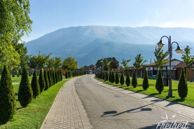 Gepflegter Garten auf dem Kloster Gelände - gleich daneben: jede Menge Souvenirshops und Restaurants