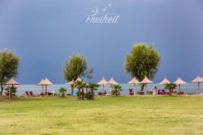 Unser Campingplatz am Skutari See - inkl. Südseeschirmchen und Gewitterfront
