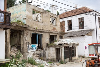 Nicht so häufig wie in Albanien oder Bosnien, aber trotzdem auch im Kosovo zu finden: Ruinen mitten in der Stadt