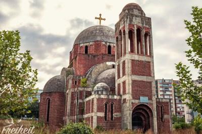 Die serbisch orthodoxe Christ-Erlöser-Kirche. Baubeginn war 1995. Aufgrund des Kosovokrieges wurde sie nie beendet und ist vielen Albanern ein Dorn im Auge