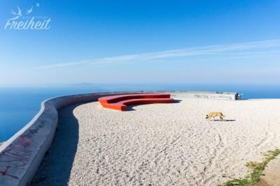 Aussichtsplattform mit Blick auf das Meer