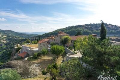 Kloster Agía Triáda von der anderen Seite - wir sind immer noch auf dem weitläufigen Felsen der Klosteranlage. Hier ist Platz für einen Garten und eine große Naturterrasse :)