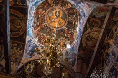 Die Kirche ist komplett mit Fresken bemalt