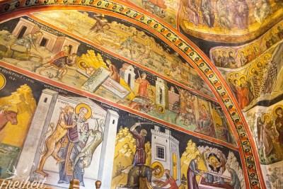Die Fresken unterhalb des Bogens sind nicht sehr jugendfrei!
