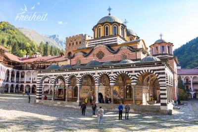 Rila Kloster - die Kirche in der Mitte wurde im 19. Jahrhundert errichtet