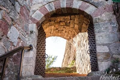 Mächtige Eisentüren bringen uns auf die andere Seite des ältesten Teil der Festung