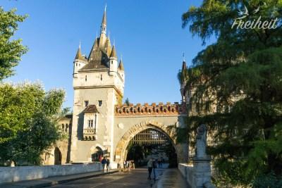 Der Eingang zum Schloss Vajdahunyad hat mehr etwas von einer Burg