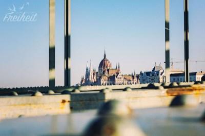 Das Parlamentsgebäude eingebettet in der Stahlkonstruktion der Kettenbrücke