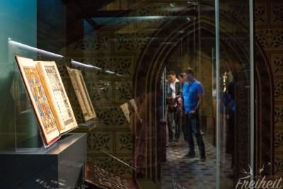 Ausstellung in der Matthiaskirche mit Schmuckstücken, Krönungsbuch und anderen Reliquien